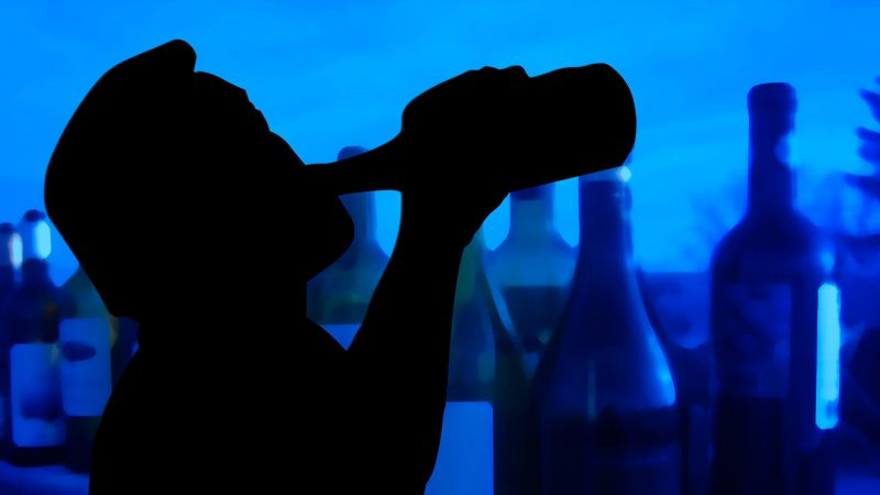 Nieświadome pomaganie alkoholikowi w piciu